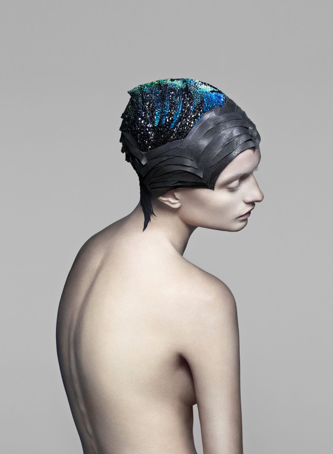 THE UNSEEN's headdress that changes color depending on brain activity
