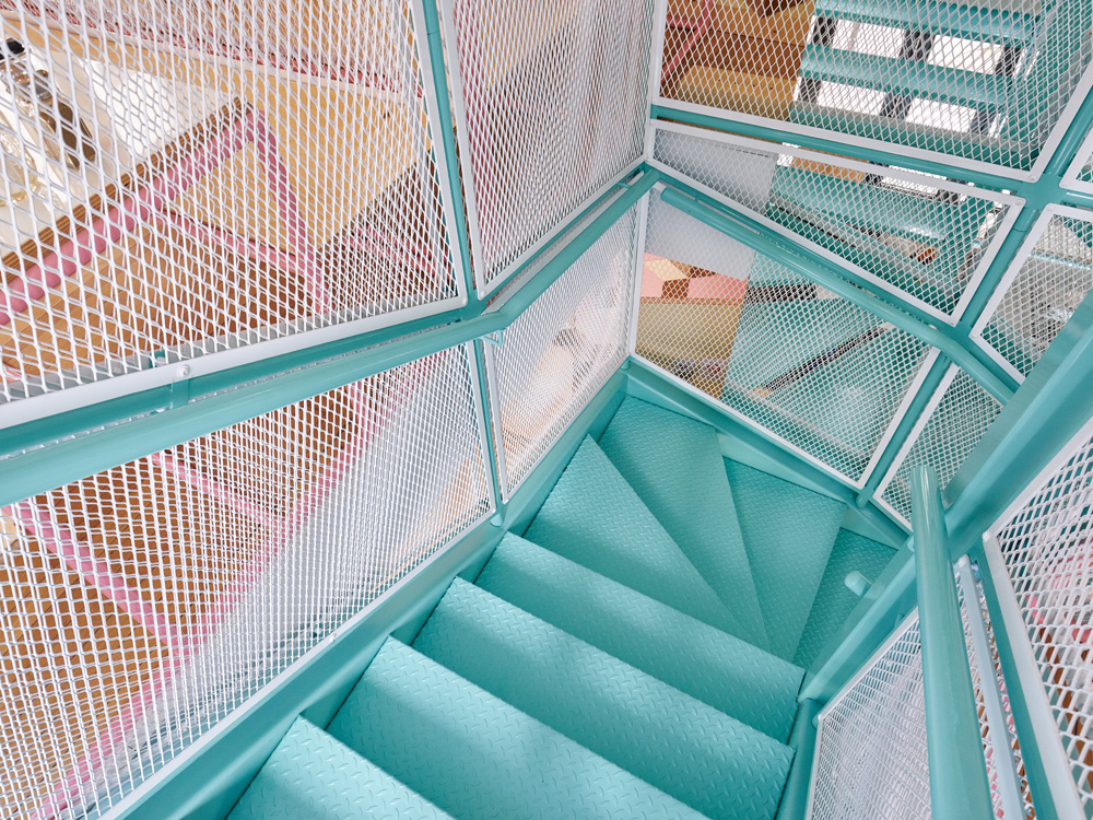 Pink+and+blue+pipes+with+white+fencing+at+PNY's+new+Restaurant+designed+by+CUT+Architectures+-+KNSTRCT (5)