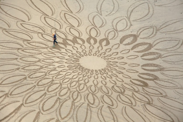 Beach_Art_Awesome_Temporary_Large_Scale_Drawings_on_Sand_by_Jim_Denevan_2016_03-768x512