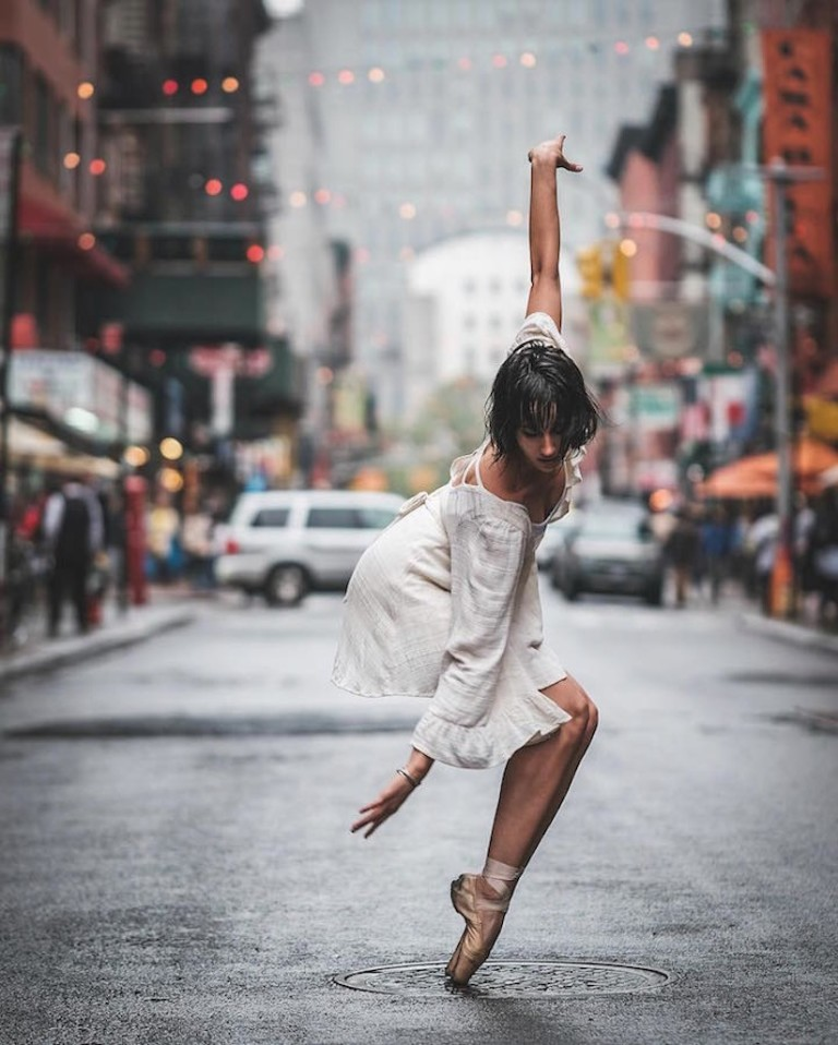 Amazing_Pictures_of_Ballerinas_Dancing_In_The_Streets_of_NYC_by_Omar_Z_Robles_2016_07-768x958